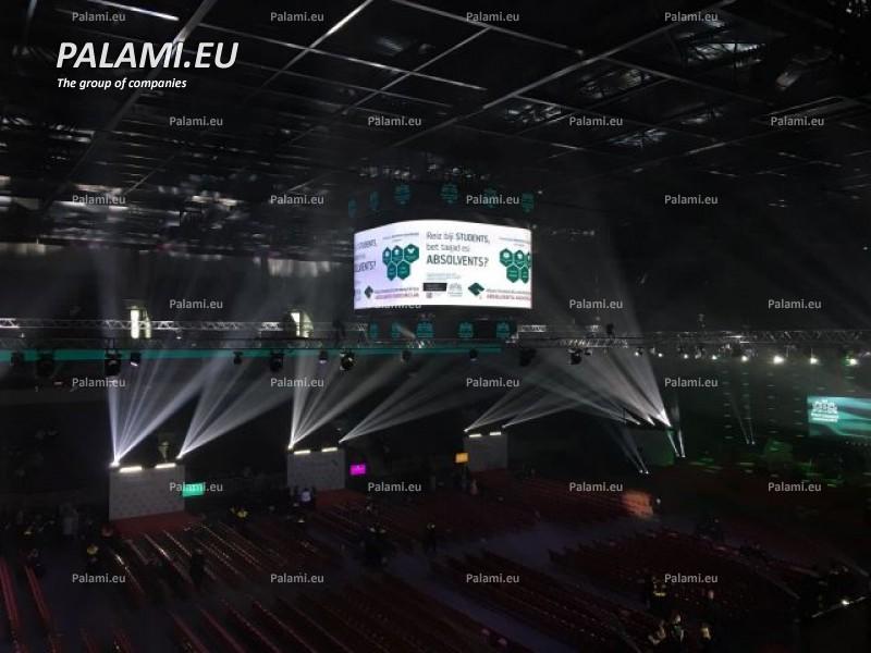 На крупнейшей арене Латвии запущен уникальный медиакуб, состоящий из четырех изогнутых основных экранов и двух строк над и под медиакубом.