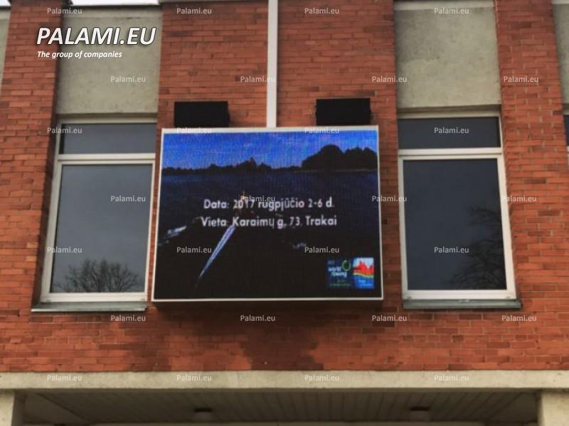 В центре города Тракай в Литве установлен светодиодный экран.